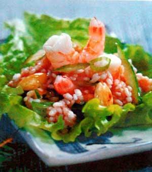 Рисовый салат с креветками и огурцом