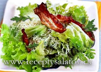 Салат цезарь с беконом и яйцом